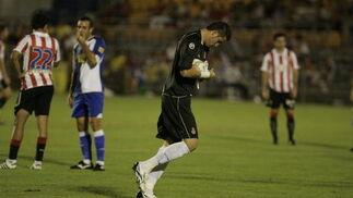 El portero, increpado por una parte de la afición cadista, acabó siendo el héroe de su equipo con varias intervenciones decisivas.   Foto: Jesus Marin