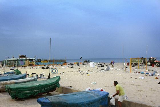 Labores de limpieza de las 48 toneladas de basura que se acumularon en la playa durante las barbacoas del Trofeo  Foto: Almudena Torres