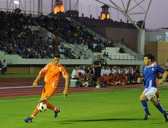 Adri Cuevas conduce el balón mientras Javi López observa la jugada desde la banda.  Foto: Elias Pimentel
