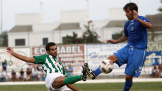 Mendoza comete falta sobre un jugador del Atlético Sanluqueño mediada la primera parte  Foto: Juan Carlos Toro