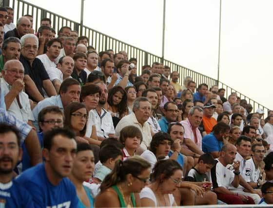 El estadio de El Palmar registró una gran entrada con, aproximadamente, tres mil espectadores, muchos de ellos desplazados desde Jerez  Foto: Juan Carlos Toro