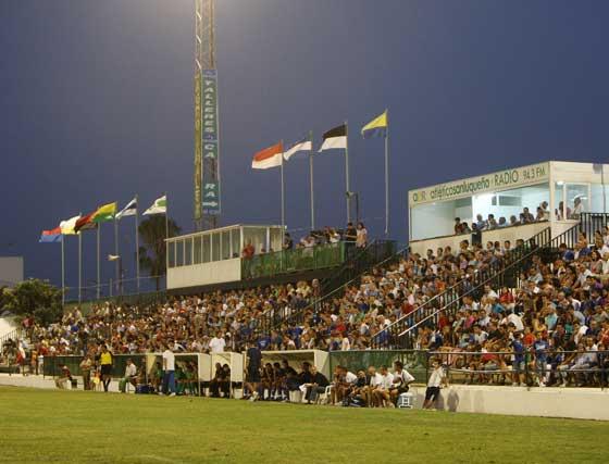 La tribuna se llenó de aficionados locales y visitantes que disfrutaron de la cuarta victoria consecutiva del Xerez en esta pretemporada  Foto: Juan Carlos Toro