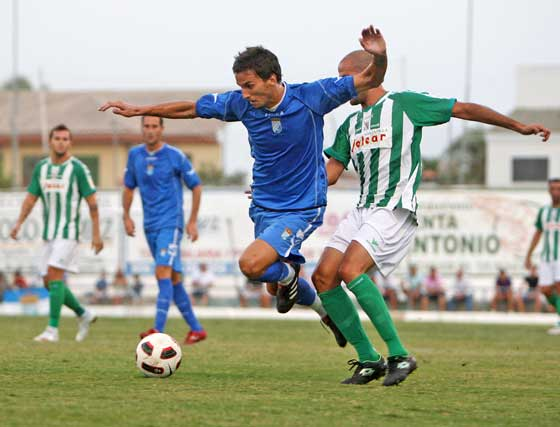 La segunda mitad estuvo marcada por los continuos parones en el juego provocados por los cambios y por las acciones carentes de deportividad  Foto: Juan Carlos Toro