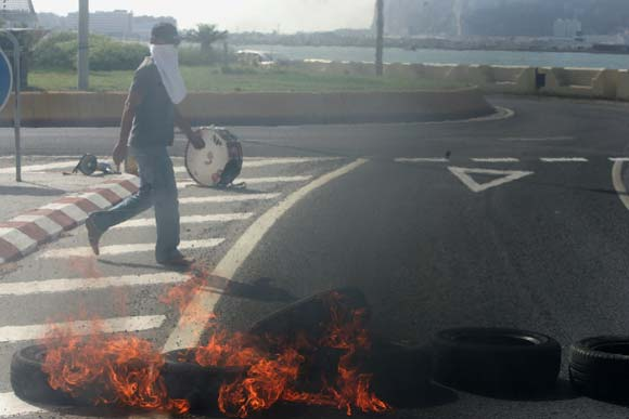 Los trabajadores municipales continuan las protestas por el impago salarial con la quema de neumáticos  Foto: J. M. Quinones