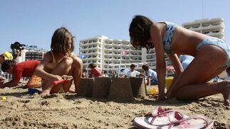 Los niños disfrutaron en el tradicional concurso de castillos de arena en la playa  Foto: Almudena Torres