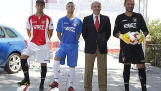 Cigarini, Rodri y Andrés Palop presentan las camisetas que llevará el Sevilla en la 'Champions'.   Foto: Antonio Pizarro