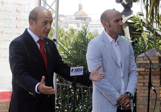 El presidente del Sevilla, José María Del Nido habla ante los micrófonos. A su lado se encuentra Monchi.   Foto: Antonio Pizarro