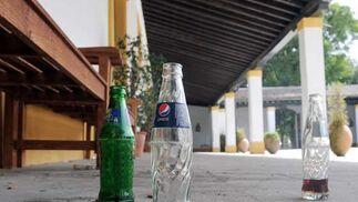 Botellines de refresco de la última boda celebrada en el complejo.  Foto: Manuel Aranda