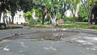 Turistas ante una fuente sin agua, dentro del complejo  Foto: Manuel Aranda