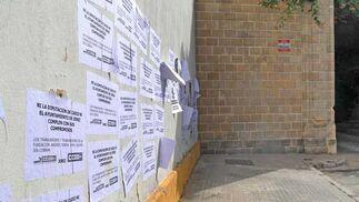 Estado que presenta la entrada al Museo, lleno de carteles  Foto: Manuel Aranda
