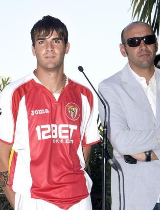 Luca Cigarini, nuevo jugador del Sevilla, junto a Monchi.   Foto: EFE