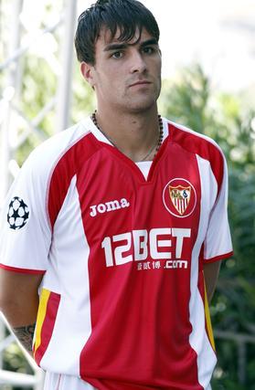 Luca Cigarini con la camiseta del Sevilla F.C.  Foto: AFP