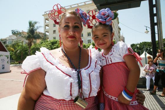 Ainara y Esther (madre e hija) con el mismo vestido.  Foto: PUNTO PRESS
