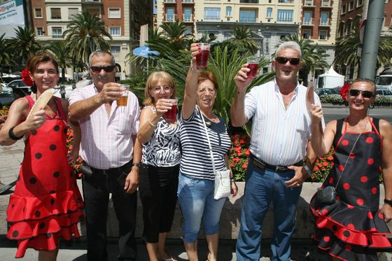María Dolores, Joaquín, Fani, Mercedes, Predo y Ana brindan alegres por la Feria de Málaga.  Foto: PUNTO PRESS