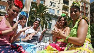Marina, Encarni, Carolina, Rocío y Vito tocan las palmas en el coche de caballos mientras cantan sevillanas.  Foto: PUNTO PRESS