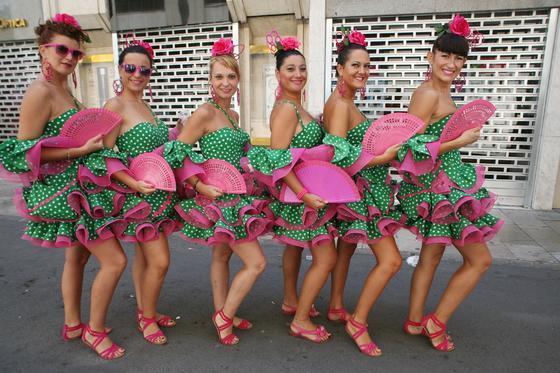 Mariola, Pilar, Belén, María, Aurora y María José posan con los trajes diseñados en su tienda.  Foto: PUNTO PRESS
