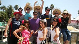 Nekane, Edurne, Arantza, Mikael, Manu, Olmedillo, Aritz, Barrena, Herrero, Negredo y Antolín posan flamencos con sombreros de paja.  Foto: PUNTO PRESS