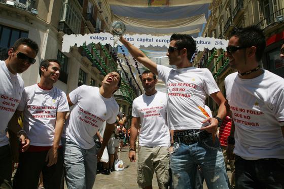 Sergio, Emilio, Carlos, Lucas y Juan se divierten bebiendo del porrón.  Foto: PUNTO PRESS