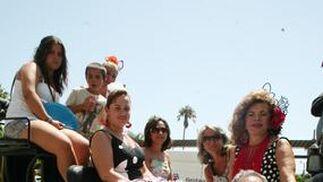 La familia Montosa posa en el coche de caballos.  Foto: PUNTO PRESS