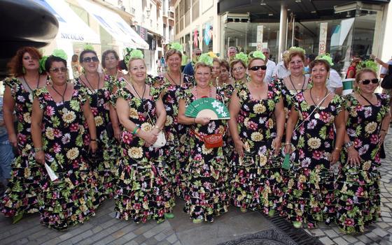"""Las integrantes del coro rociero Peña La Paz posan mientras la gente les corea """"guapas"""".  Foto: PUNTO PRESS"""