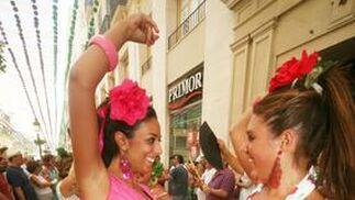 Dos jóvenes bailando sevillanas en la Calle Larios.  Foto: PUNTO PRESS