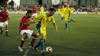Aarón Bueno tuvo que retirarse por precaución tras sentir unas molestias.   Foto: Fito Carreto