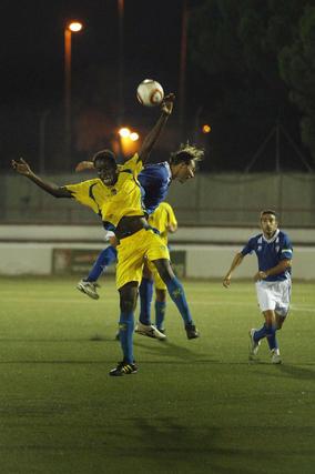 En el primer partido, el San Fernando sorprendió al Cádiz con un gol de Iván Guerrero, que en la imagen salta con el cadista Moke.   Foto: Fito Carreto