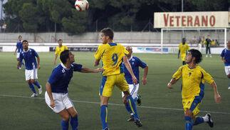 Hugo García toca el balón de cabeza ante la mirada de Dieguito.   Foto: Fito Carreto