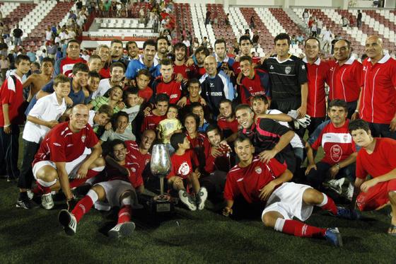 Los jugadores del Portuense posan con el Catavinos.   Foto: Fito Carreto