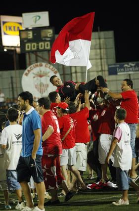 Los jugadores locales mantean al meta.   Foto: Fito Carreto