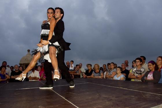 El centro de Cádiz acoge la segunda ´Noche en blanco´, con diversas actividades culturales y conciertos.  Foto: Lourdes de Vicente