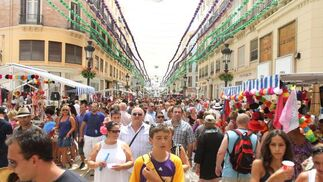 Los malagueños disfrutan de su feria en el real y en la calle Larios.  Foto: Yolanda Montefiel y Javier Albi?