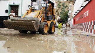 Las lluvias provocan una riada y la caída de un muro en una vivienda en Alcalá del Valle.  Foto: Ramon Aguilar