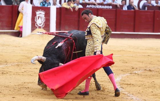 En una tarde marcada por las dos sustituciones y la buena respuesta del público, el diestro valenciano regaló una faena magistral en el cuarto mientras que a Manolo Sánchez se le fue el toro de la Feria.