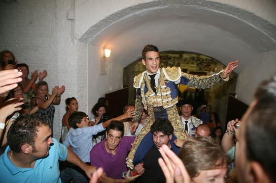 Manzanares abrió la puerta grande de la plaza de toros de La Malagueta, como triunfador de la tarde.  Foto: Sergio Camacho