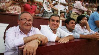 Políticos malagueños como Elías Bendodo acudieron a la plaza de toros de La Malagueta.  Foto: Sergio Camacho
