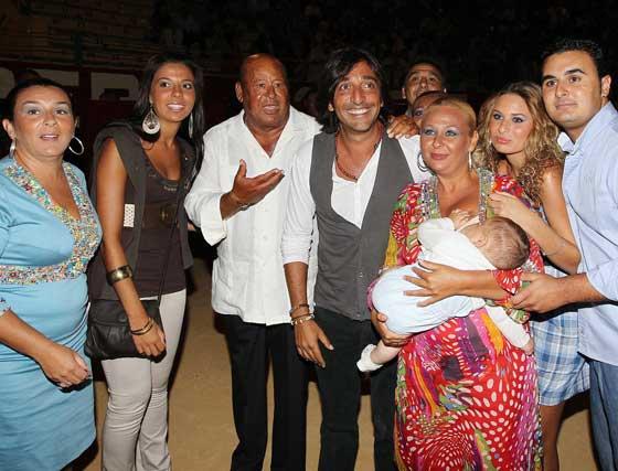 Antonio Carmona, en el centro, con Manuel Moneo y su familia.  Foto: Miguel Angel Gonzalez