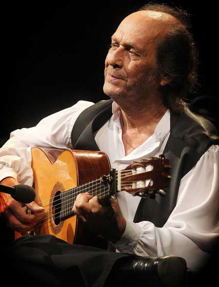 El guitarrista mira al frente, durante una de sus intervenciones.  Foto: Miguel Angel Gonzalez