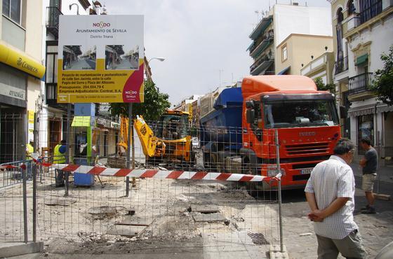 Los operarios ya han comenzado con los trabajos para peatonalizar la calle San Jacinto.  Foto: Belén Vargas