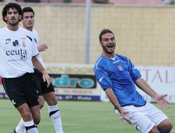 El equipo de Javi López sufre la primera derrota de la pretemporada ante el Ceuta en un encuentro en el que los azulinos se muestran espesos en su juego  Foto: Miguel Angel Gonzalez