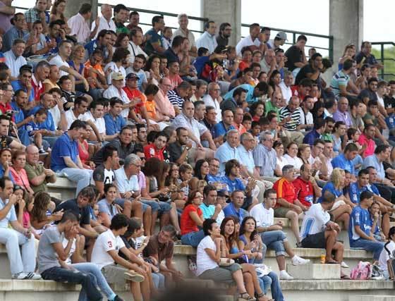 La afición xerecista respondió nuevamente a la llamada de su equipo y acudió en masa al estadio Navarro Flores de Rota para seguir las evoluciones del conjunto de Javi López.  Foto: Miguel Angel Gonzalez
