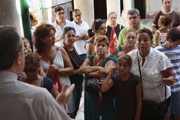 Familiares de los obreros que rehabilitaron el Hospital de San Juan de Dios piden que se les pague  Foto: Almudena Torres
