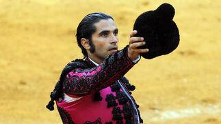 Javier Conde brinda el toro durante su actuación, en la plaza de La Malagueta.  Foto: Sergio Camacho