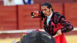 Javier Conde en el momento de entrar a matar, al finalzar su actuación.  Foto: Sergio Camacho