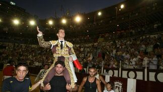 El Juli, a hombros, resultó el diestro victorioso de la jornada.  Foto: Sergio Camacho