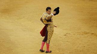 El diestro Julián López 'El Juli' brindando el toro al público.  Foto: Sergio Camacho