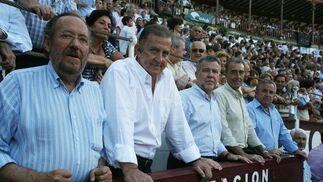 Miembros de la Diputación como su presidente, Salvador Pendón, entre otros, no quisieron perderse la tarde de toros en Málaga.  Foto: Sergio Camacho