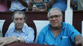 Personajes como el periodista, Manuel Alcántara, no quisieron perderse la tarde de toros en Málaga.  Foto: Sergio Camacho