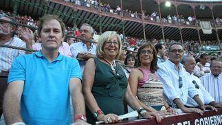 El comentarista taurino Enrique Romero, junto a la Rectora de la UMA, Adelaida de la Calle y María Gámez.  Foto: Sergio Camacho