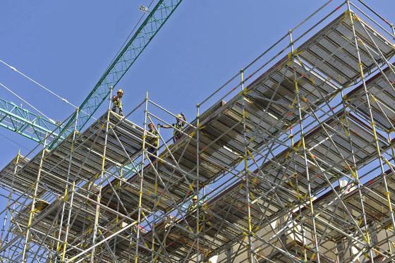 Los obreros colocan la madera en la pasarela que une las setas del Parasol de la Encarnación.  Foto: Juan Carlos Vázquez